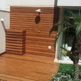 deck de madeira na parede